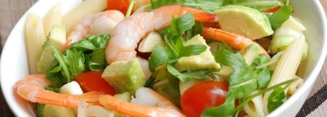 Salade de pâtes, l'avocat, crevettes et mozzarella