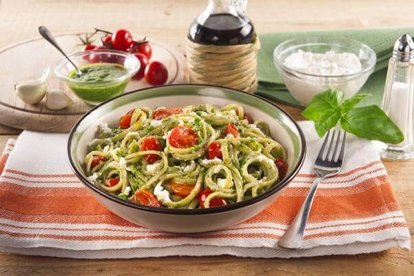 Spaghetti au pesto, ricotta et aux tomates cerises