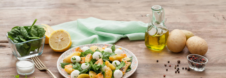 Salade de pousses d'épinard au saumon, pommes de terre et Mozzarelline Fior di Latte