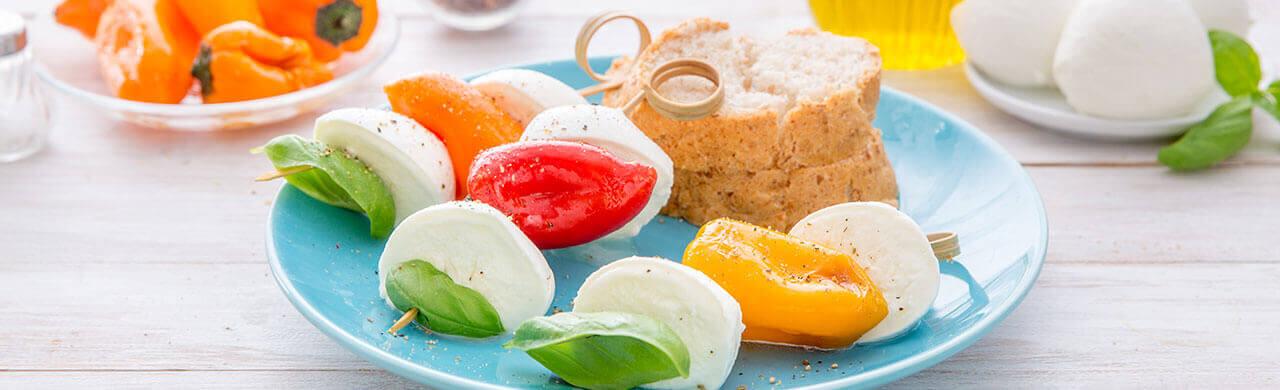 Brochettes de Mozzarelline Fior di Latte et piments doux au basilic